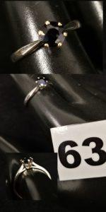 1 Bague en or gris réhaussée d'une pierre bleue ( TD 55). PB 2,3g