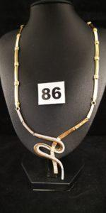 1 Collier en or articulé (L 47cm, 1 élément à souder) orné d'un motif pavé de pierres au centre.PB 18g