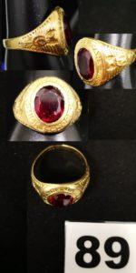 1 Chevalière universitaire en or ornée d'une pierre rouge abimée (TD 62, légèrement fendue ). PB 11g