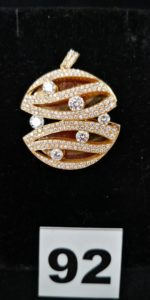 1 Pendentif de forme ronde en or orné de diamants (Diam 3cm). PB 11,6g