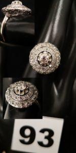 1 Bague en or gris orné d'un diamant central dans un double entourage de petits diamants taille rose (TD 56). PB 4,3g