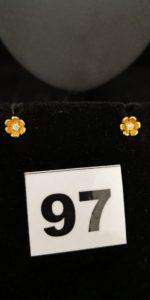 2 Clous d'oreilles en or, motif fleur réhaussé d'un petit diamant central. PB 1,5g