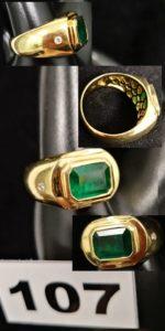 1 Belle chevalière d'homme en or jaune sertie d'une émeraude entre 2 diamants ( TD 64).PB 14,3g