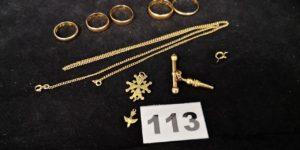 Lot casse: 5 Alliances (TD 50,51,53,58,65), 1 chaine fermoir cassé (L 53,5cm), 1 double remontoir à montre (petite partie métallique au centre), 1 Croix hugenote cassée et 1 fermoir cassé. Le tout en or. PB 23,7g