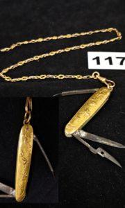 1 Nécessaire à ongles en acier orné d' une plaque en or 22k des 2 côtés ( ciseau abimé). PB 18,1g et 1 chainette en or en maille. PB 11,8g