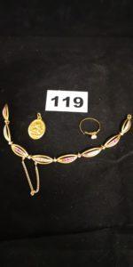 1 Bague à monture cassée réhaussée d'une pierre blanche, 1 bracelet cassé maille fantaisie ornée de petites pierres blanches et roses (L 17cm chainette de securité en plaqué or) et 1 Médaille gravée. Le tout en or. PB 15,2g