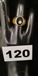 1 Chevalière en or décorée d'une pierre type onyx, et d'un petit diamant (TD 55). PB 3,7g