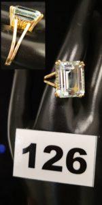 1 Bague en or type cocktail réhaussée d'une pierre rectangulaire bleue pâle (TD 62). PB 8,5g