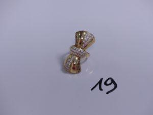 1 bague en or à décor d'un noeud orné de petites pierres (Td57). PB 5,7g