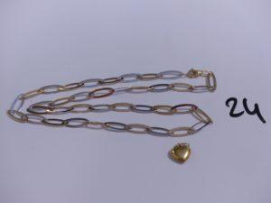 1 collier maille alternée bicolore en or (L44cm) et 1 petit pendentif en or à décor d'un coeur. PB 8,4g