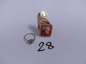 2 bagues en or (1 à décor floral rehaussée d'une petite pierre verte Td55)(1 bicolore ouvragée ornée de 2 pierres violettes et de petites pierres Td55). PB 10,8g