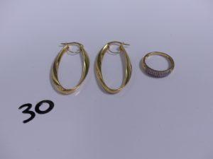 1 bague bicolore en alliage 14K ornée de petits diamants (Td56) PB 2,3g et 1 paire de créoles en or de forme allongée PB 2,9g