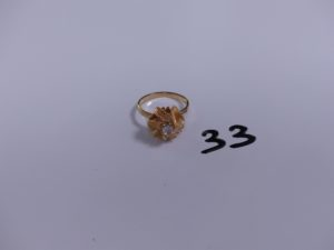 1 bague en or à décor floral ornée d'une pierre blanche (Td55). PB 4,2g