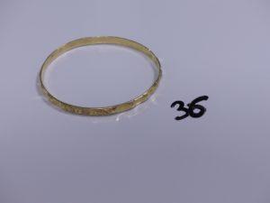 1 bracelet rigide et ouvragé en or (Diamètre 16,3cm). PB 16,3g