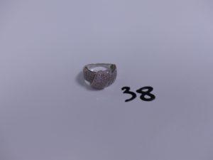 1 bague en or ornée d'un pavage de petits diamants (Td52). PB 4,6g
