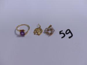 1 bague en or ornée d'une pierre violette (Td54) et 2 pendentifs en or (1 fer à cheval)(1 orné de pierres, 2 chatons vides). PB 3,9g