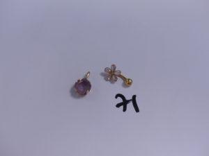1 pendentif monture en or sertie d'une pierre violette et 1 percing en or à décor floral orné de pierres. PB 3,9g