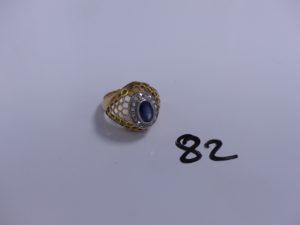 1 bague en or et platine monture ajourée motif central orné d'une pierre bleue entourée de diamants taille rose (Td58). PB 10,4g