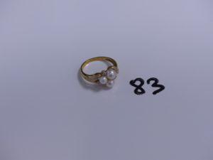 1 bague en or réhaussée de 3 perles épaulées de 5 petits diamants (Td 61). PB 5g