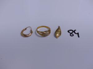 1 bague en or ornée de petits diamants (Td62), 1 créole en or et 1 bris d'or. PB 4,2g