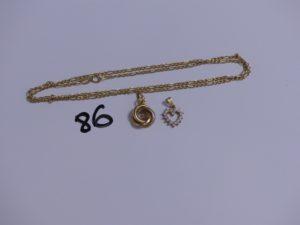 2 pendentifs en or (un 3 ors, abîmé chaton central vide)(1 coeur orné de petites pierres) et 1 chaîne en or maille alternée. PB 5,3g