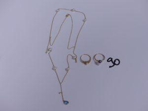 1 collier en or à 2 rangs rehaussé de perles et d'une pierre bleue en pampille (L51cm) et 2 bagues en or (1 monture ajourée rehaussée d'une perle Td51)(1 bicolore rehaussée de 2 perles Td55). PB 8,1g