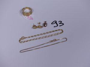 1 pendentif en or orné d'une pierre, 2 boucles en or ornées de petites pierres et 2 chaînes en or (1 maille colonne L42cm)(1 maille alternée L38cm). PB 6,4g et 1 bague en alliage 9K (Td57) PB 1,9g