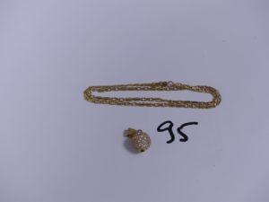 1 pendentif en or orné de petites pierres et 1 chaîne en or maille plate (L40cm). PB 13,3g