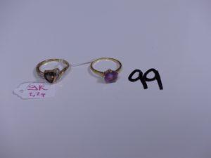 1 bague en or ornée d'une pierre violette (Td54). PB 2g et 1 bague en alliage 9K ornée d'une pierre ambrée (Td53) PB 2,2g