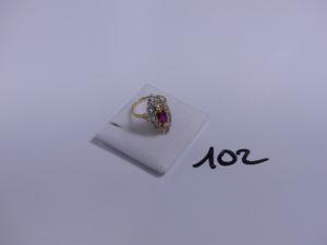 1 bague en or ornée d'une pierre rouge entourée de pierres blanches (Td53). PB 5g