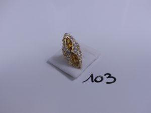 1 bague en or ornée de 2 pierres jaunes entourée de petites pierres blanches (Td46). PB 7g