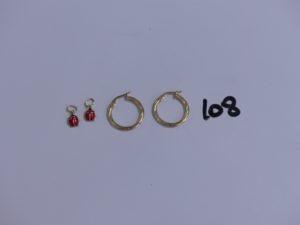 2 pendentifs en or et émail à décor d'une coccinelle et 1 paire de créoles ciselées en or. PB 1,7g