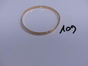 1 bracelet rigide et ouvragé en or (Diamètre 6,5cm). PB 12,2g
