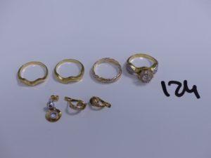 3 alliances ciselées en or (Td53), 1 bague en or à décor floral orné de pierres (Td53), 1 pendant bicolore en or orné de pierres et 1 paire de boucles en or ornées de pierres (1 cassée, manque pierres). PB 13,1g