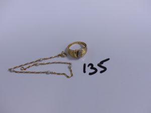 1 bague ciselée en or ornée de diamants (Td53) et 1 bracelet maille alternée en or orné de perles (L18cm). PB 5g