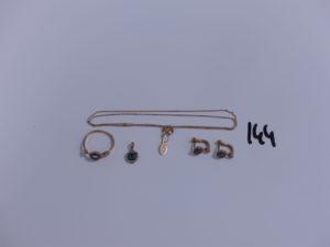 1 chaîne fine maille forçat (L42cm), 1 bague (manque pierre central, td56), 1 petit pendentif orné de pierres et 2 boucles ornées de pierres (paire). Le tout en alliage 14K. PB 5,7g