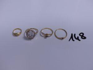 4 bagues en or (1 pour enfant ornée d'une pierre)(1 ornée de pierres, 3 chatons vides, Td52)(1 bicolore réhaussée d'une pierre bleue, Td50)(1 réhaussée d'une pierre rouge, Td52) PB 6g