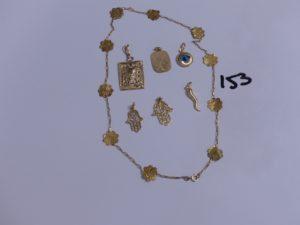 6 pendentifs en or (1 du Coran, attache abimée)(1 à décor d'une main)(1 à décor d'une main)(1 plaque gravée, cabossée)(1 à décor d'un oeil bleu)(1 haricot) et 1 collier à décor floral (cabossé, L40cm). PB 8,2g