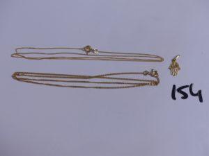 2 chaines en or (1 maille gourmette trés fine, L40cm)(1 maille gourmette, L40cm) et 1 pendentif à décor d'une main. PB 4,4g