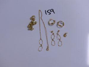 2 chaines en or (1 maille torsadée ornée de boules, L40cm)(1 ornée d'un pendentif, L40cm); 4 boucles en or (2 créoles)(2 pendants) et 1 pendentif (cabossé). PB 7,7g
