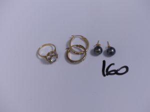 4 boucles en or (2 ornées d'une perle grise)(2 créoles ornées de strass, nombreux chatons vides) et 1 bague en or ornée de pierres (Td50). PB 8,4g