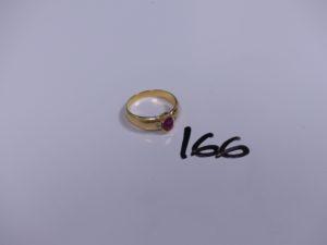 1 bague en or ornée d'une petite pierre rouge épaulée de 2 petits diamants (Td61). PB 6,5g