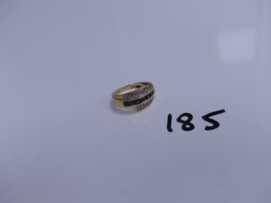 1 bague en or ornée d'un rang de pierres bleues marines et de 2 petits diamants (Td57). PB 3,8g