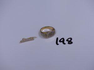 1 épingle en or ornée d'un rang de pierres (monture à redrésser) et 1 chevalière en or gravée à décor floral (Td56). PB 14,1g