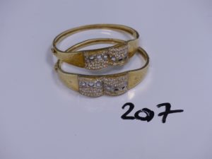 2 bracelets rigides et ouvrants en or motif central bicolore orné de petites pierres (Diamètre 5/6cm). PB 16,6g