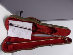 1 Archet de violon, baguette ronde en pernambouc marquée au fer LOUIS FRICOT, hausse en ébène à grains en nacre, bouton à viroles en argent remplacé. 1 Archet de violon, baguette ronde en pernambouc non signée, hausse en ébène à grain nacre et cercles en argent, talon arrondi, bouton à viroles remplacé. (selon expertise de Mr Charle-Luc HOMMEL