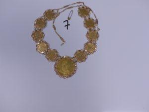 1 Collier en or orné de pièces (1 de 4 Ducats et 10 de 10 Francs, L70cm + petite épingle en métal). PB 83g