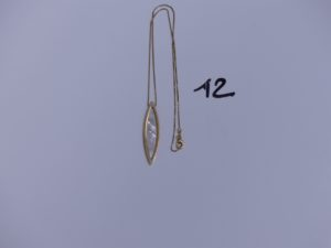 1 Collier en or maille colonne motif crantral orné d'une pierre nacrée (L42cm). PB 7,6g