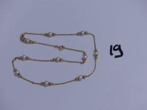 1 Collier en or orné de petites perles blanches (maillons cassés, L43cm). PB 6,4g