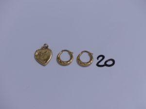 1 Pendentif porte photo en forme de coeur (cabossé) et 1 paire de créoles ouvragées, le tout en or. PB 4,8g